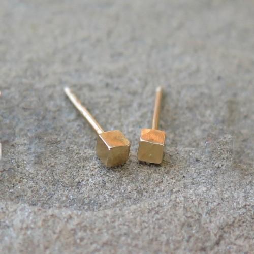 Малки сребърни обеци Pin - кубчета жълто злато