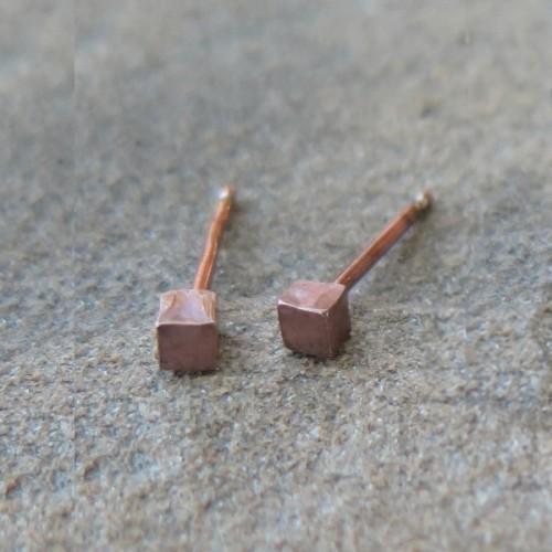 Малки сребърни обеци Pin - кубчета розово злато