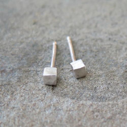 Малки сребърни обеци Pin - кубчета сребристи